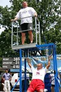 Sri Chinmoy hebt stärksten Strongman der Welt von 2007